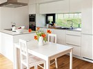 Na vstupní prostory navazuje hlavní obytný prostor - příjemná kuchyně s