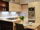 Kuchyně ve tvaru U pokračuje jídelním stolem, který může posloužit i jako
