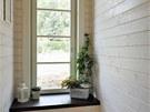 Do cel�ho domu byla navr�ena okna s n�zk�m parapetem, kter� d�vaj� kr�sn�