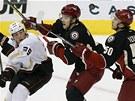 Anaheimsk� Matt Beleskey (vlevo) v souboji se Zby�kem Mich�lkem (uprost�ed) a a