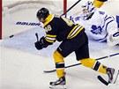 Bostonský útočník David Krejčí překonává brankáře Bena Scrivense z Toronta.