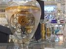 Vzorky pad�lk� skl��sk�ch a porcel�nov�ch v�robk� s logem Versace, kter� koncem