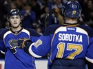 Vladimír Sobotka a Matt D'Agostini (vlevo) ze St. Louis se radují z trefy