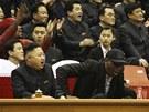 V LÓŽI. Kim Čong-Un s Dennisem Rodmanem fandí při basketbalovém zápase.