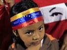 Truchlí se i ve středoamerickém Salvadoru. Holčička na snímku má na čelence