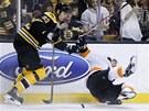 Jakub Vor��ek z Philadelphie pad� po st�etu se Zdenem Ch�rou z Bostonu.