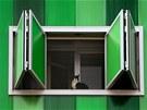 Okenice jsou zasazená v hliníkových rámech.