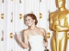 Jennifer Lawrence na Oscarech pózuje fotografům (2013).