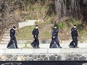 Policisté prohledávají řeku i břehy Vltavy.