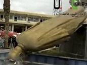 Str�en� sochy n�kdej��ho syrsk�ho prezidenta H�fize Asada ve m�st� Rakk� (4.