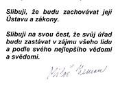Druhý pokus. Miloš Zeman musel znovu podepsat prezidentský slib. Kvůli