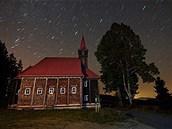 Takto fotograf zaznamenal jasnou noční oblohu nad kostelem v Gruni.