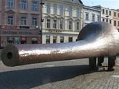 Plechová plastika špióna stojí na Dolním náměstí v Opavě.