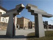 Kromě sochy samotného skladatele sochař Jan Koblasa do parku zakomponoval i