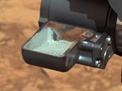 Prvn� vzorek horniny odvrtan� ze skal p�ipraven� k anal�ze v p��stroj�ch Curiosity. Sn�mek je m�rn� upraven� tak, aby obsahoval barvy, kter� by materi�l m�l v pozemsk�ch podm�nk�ch.