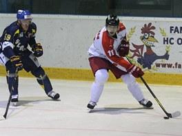 V bílém olomoucký Pavel Selingr, napadá ho ústecký Milan Vobořil.