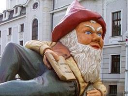 Obří trpaslík stál nejprve vedle divadla v centru Ústí nad Labem, brzy se ale
