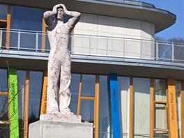 Socha před moderní knihovnou v Děčíně původně stála na budově kulturního