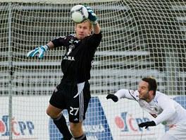 SEBERU TI TO. Zakon�en� hradeck�mu fotbalistovi znemo�nil brank�� Zden�k Zl�mal z Olomouce.