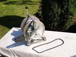 """Na """"očesaném"""" navijáku BUK-1 je vidět princip připojení k motorové pile."""