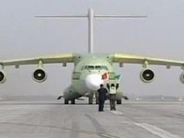 Čínský transportní letoun Y-20 a americký stroj C-17 Globemaster
