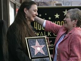 Barbara Hay a Maria Burtonová nad hvězdou Richarda Burtona