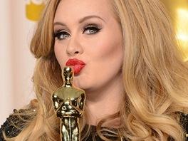 Britská zpěvačka Adele s Oscarem za píseň Skyfall ke stejnojmenné bondovce