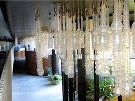 Lustry pro hotel Praha navrhovala dvojice světově proslulých sklářských