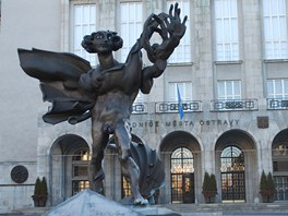 Ikarus před ostravskou Novou radnicí.