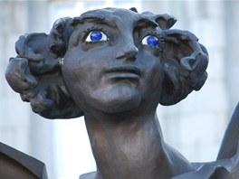 Pohled do hlubokých modrých očí Ikara před ostravskou Novou radnicí.