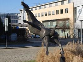Italský hřebec ve skoku - ponekud bizarní dílo z Nového Jičína.