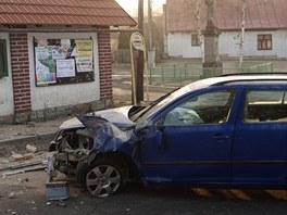 Řidič narazil do autobusové čekárny v Dolních Rokytňanech na Jičínsku. (5. 3.