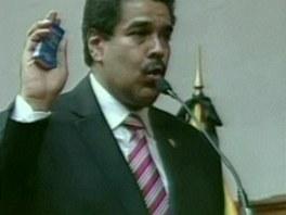 Ch�vez�v n�stupce se ujal funkce.Nic�las Maduro skl�d� slib
