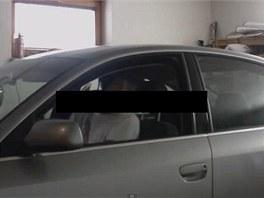 Mladík v garáži řádí v nastartovaném autě. V tom samém zřejmě 1. března zahynul