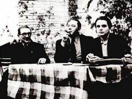 Vítězslav Nezval (uprostřed) sčeskými přáteli, surrealisty Jindřichem Štyrským