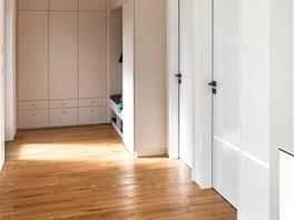 Vchodovými dveřmi se vchází do haly s úložnými a odkládacími prostory. Dveřmi