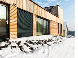 Rodinný dům je difúzně otevřená dřevostavba obložená dřevem z vysokohorského
