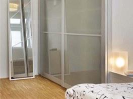 Ložnice 4: druhá část prostoru se využívá jako šatna a pracovna. Šatní skříně