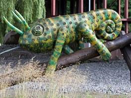 Dřevěná socha Chameleona z dílny chomutovského sochaře Vojtěcha Návrata stojí