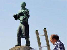 Socha houslaře stojí na čestném místě v centru města Luby na Chebsku. Je