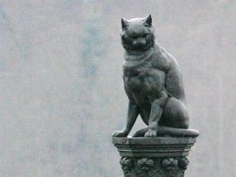 Sedící kočka na vysokém podstavci patří k vile někdejšího významného