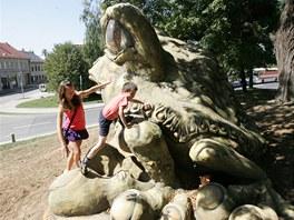 Obří socha žáby, která je dominantou náměstí v Tršicích na Olomoucku.