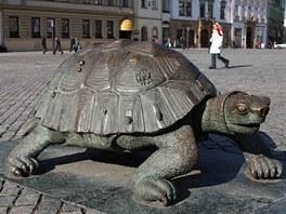 Bronzová želva, která je součástí olomoucké Arionovy kašny.