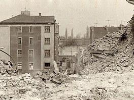 S bouráním se začalo až zhruba po 15 letech. K zemi šly domy v okolí Komenského