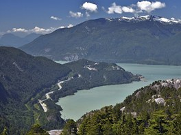 Pohled na Sea to Sky Highway a Howe Sound z vrcholu Stawamus Chief ve Squamishi