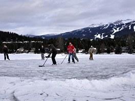 Co by to bylo za Kanadu, kdyby se v zim� nehr�l na ka�d�m jeze�e hokej. Kdy�