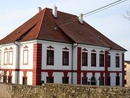 Zámek ve Vilémovicích. Původně barokní stavba získala po požáru empírovou tvář.