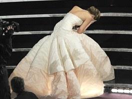 Tento p�d Jennifer Lawrence na Oscarech inspiroval k vtipn� reklam� na Dior.