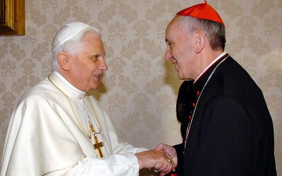 Symbolická fotografie odstoupivšího Benedikta XVI. a nového paeže Františka.