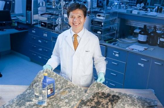 Šéf projektu samočistících uniforem Quoc Truong z vojenského výzkumného centra